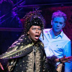 Bild: Mats Bäckers. Gladys som Oda Mae Brown i musikalen Ghost